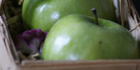 Green applesi in a basket